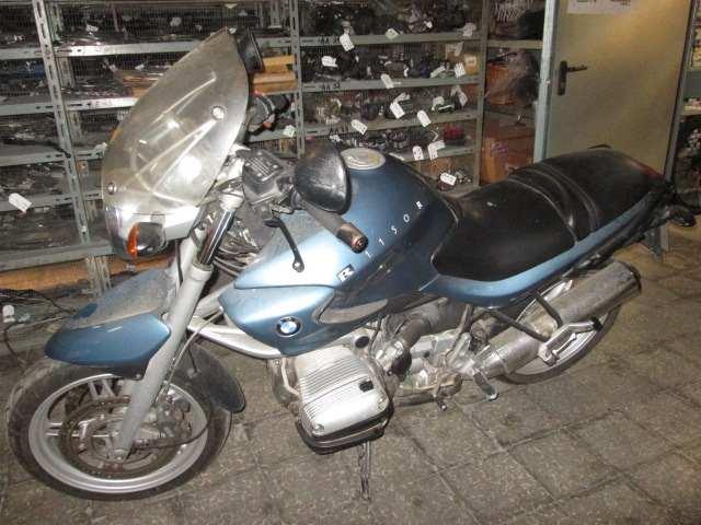 Lateral izquierdo de una moto BMW 1150R del año 2001
