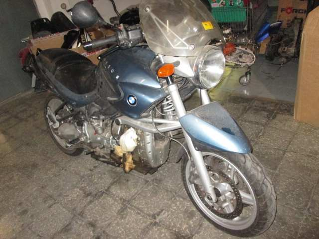 Lateral derecho de una moto BMW 1150R del año 2001