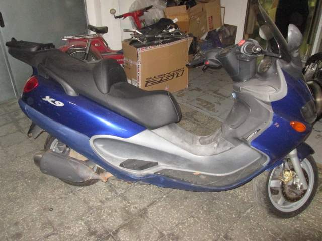 Lateral derecho de la moto Piaggio X9 125cc del año 2004