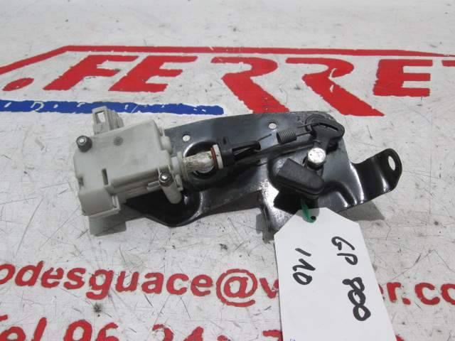 Cierre apertura maletero de repuesto de una moto Gilera GP800 del año 2010