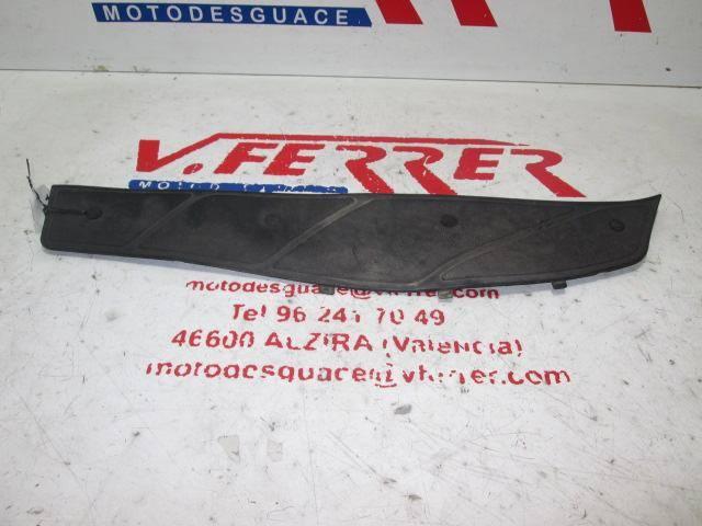 Alfombrilla derecha de repuesto de una Piaggio X9 180 del año 2004