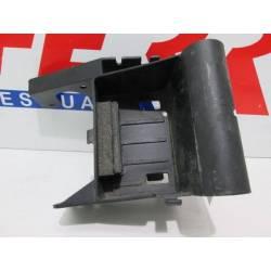Caja bateria de repuesto de una moto Derbi GPR 50 blanca del año 2007