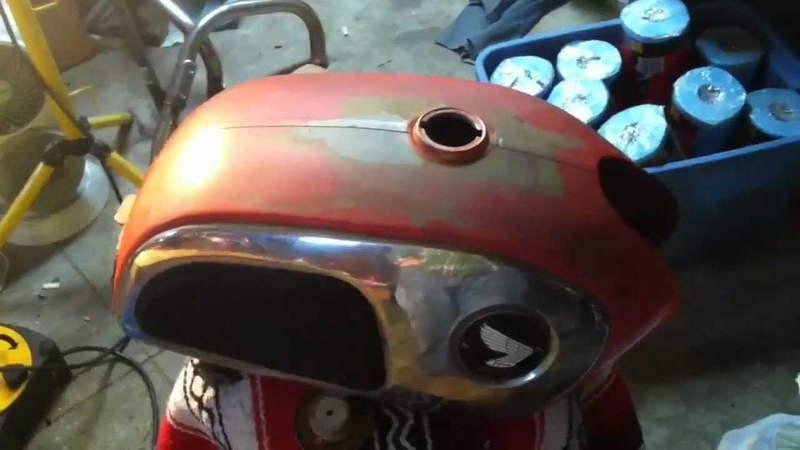 Depósito de gasolina oxidado de una motocicleta Honda