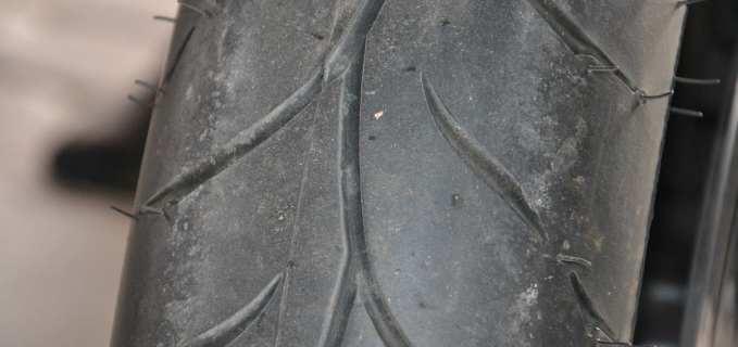 El desgaste de los neumáticos de motocicleta por no usar.