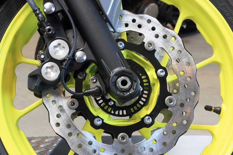 El sistema de frenado en tu moto; pastillas, latiguillos, pinzas y mucho más.