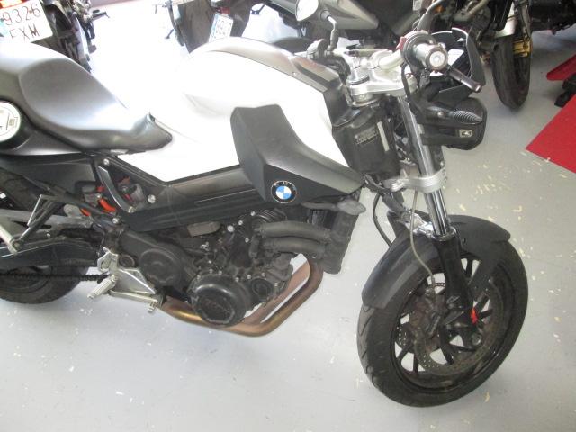 Lateral derecho de una moto BMW F800R 2010